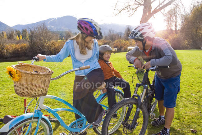 Genitori bike con ragazzo lungo sentiero vicino a Meadow Park Recreation Centre in British Columbia, Canada — Foto stock