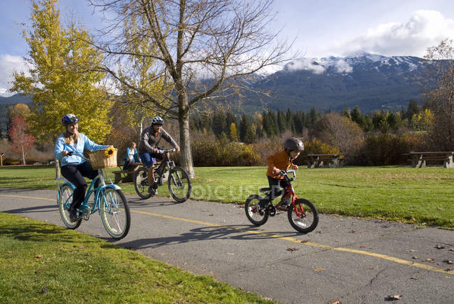 Famiglia in bicicletta lungo il sentiero vicino Meadow Park Recreation Centre in British Columbia, Canada — Foto stock