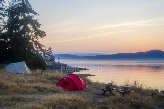 Parque de campismo à beira-mar em Ruckle Provincial Park, Salt spring Island, British Columbia, Canadá — Fotografia de Stock