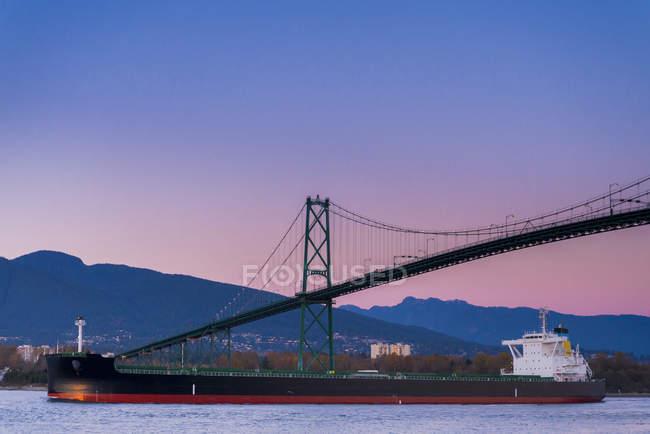 Navio de recipiente sem carga, passando sob a Lions Gate Bridge, Vancouver, British Columbia, Canadá — Fotografia de Stock