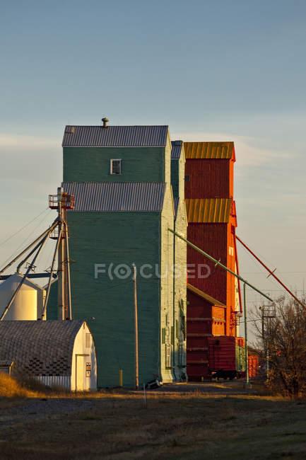 Cena rural com elevadores de grãos em Nanton, Alberta, Canadá — Fotografia de Stock