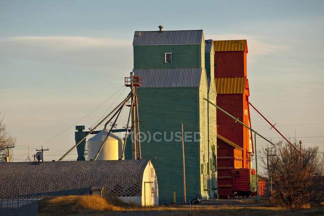 Rural scene with grain elevators at Nanton, Alberta, Canada. — Stock Photo