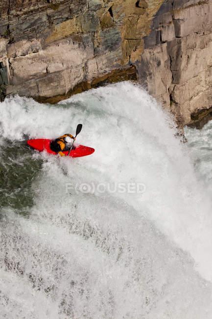 Вид мужчины-байдарочника в горном водопаде на реке Уппер Элк, Ферни, Британская Колумбия, Канада — стоковое фото
