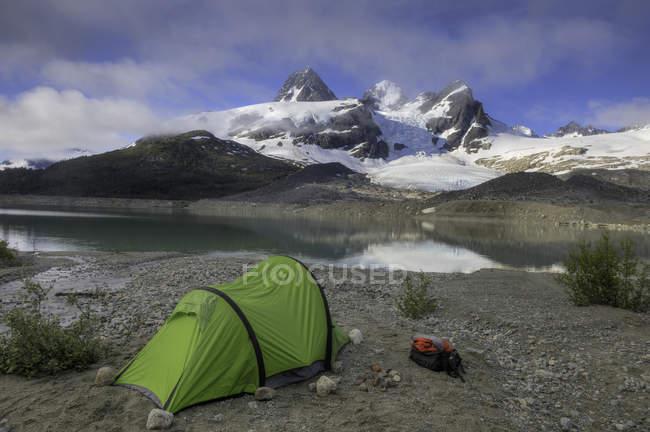 Barraca perto de córrego e geleira, Chilcotin, Coast Mountains, British Columbia, Canadá — Fotografia de Stock