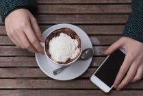 Накладні одна жінка капучіно в придорожньому кафе — стокове фото