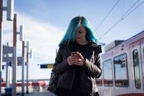 Стильною жінкою, за допомогою мобільного телефону — стокове фото