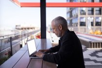 Бізнесмен, використовуючи ноутбук на території готелю — стокове фото