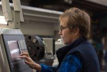 Technicienne opérant dans l'industrie métallurgique — Photo de stock