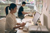 Führungskräfte mit Laptop und Handy am Schreibtisch im Büro — Stockfoto