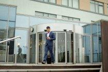 Geschäftsmann benutzte Handy in Hotelräumen — Stockfoto