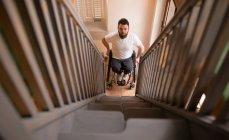 Portrait d'un homme handicapé en fauteuil roulant regardant les escaliers — Photo de stock
