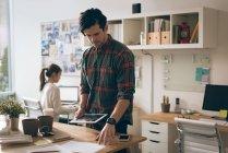 Uomo esecutivo utilizzando tablet digitale in ufficio — Foto stock