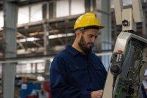 Внимательный техник, работающий в металлообрабатывающей промышленности — стоковое фото