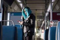 Stilvolle Frau mit Handy während der Fahrt im Zug — Stockfoto