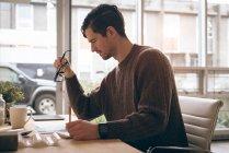 Ejecutivo masculino trabajando en el escritorio en la oficina - foto de stock