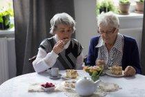 Старший друзі, сніданок разом в домашніх умовах — стокове фото