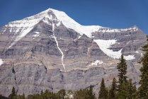 Schneebedeckte Berge an einem sonnigen Tag, Banff Nationalpark — Stockfoto