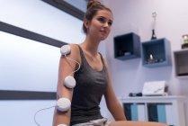 Femme avec électrodes auto-adhésives part en clinique — Photo de stock