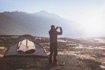 Принимая Фото с мобильного телефона в Солнечный день — стоковое фото