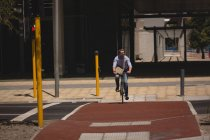 Man riding bicycle on street on a sunny day — Stock Photo