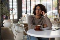 Ragazzo premuroso che si rilassa in mensa — Foto stock