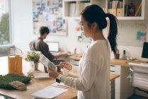 Mujer ejecutiva con tableta digital en la oficina - foto de stock