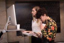 Жіночий керівників, які працюють на комп'ютері в офісі — стокове фото