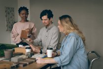 Руководители обсуждения над цифровой планшет в офисе — стоковое фото