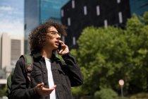 Uomo che parla al cellulare in città — Foto stock