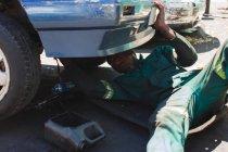Механик ремонта автомобиля в зарядке — стоковое фото
