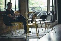 Homem de negócios usando o celular no escritório — Fotografia de Stock