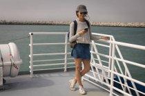 Bella donna con cellulare sulla nave da crociera — Foto stock