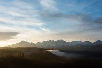 Snowcapped гірські при сходом сонця — стокове фото