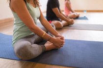 Група людей, що виконують йога вправи у фітнес-клуб — стокове фото