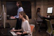 Колегами по бізнесу, які працюють на комп'ютері в офісі — стокове фото