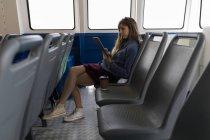 Schöne Frau mit digitalem Tablet im Kreuzfahrtschiff — Stockfoto