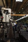 Machine d'exploitation technicien attentif en métallurgie — Photo de stock