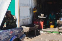 Mechaniker, die Reparatur eines Autos in garage — Stockfoto