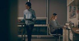 Cadres travaillent ensemble au bureau — Photo de stock
