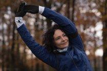 Молода жінка, виконуючи вправи, розтягування в парку — стокове фото