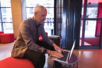 Homme d'affaires à l'aide de portable dans le hall de l'hôtel — Photo de stock