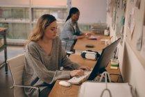 Жіночий виконавчий, що працюють на комп'ютері в офісі — стокове фото