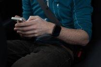 Metà sezione di uomo utilizzando il telefono cellulare in auto — Foto stock