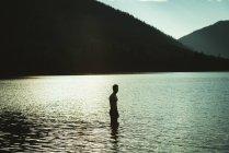 Silhouette de l'homme debout dans un lac — Photo de stock