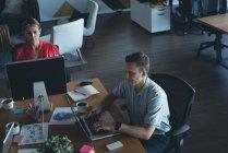 Колегами по бізнесу, які працюють на реєстрації в office — стокове фото