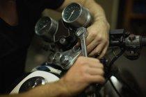 Механическая затяжка ручки мотоцикла в гараже — стоковое фото