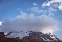 Wunderschöne schneebedeckte Berg an einem sonnigen Tag, Banff Nationalpark — Stockfoto