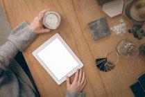 Накладні виконавчий за допомогою цифрових планшетного ПК в офісі — стокове фото