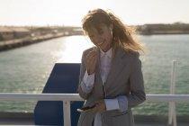 Hermosa mujer hablando en el teléfono móvil - foto de stock