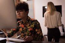Жіночий виконавчий працює на реєстрації в office — стокове фото